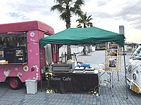 アイスクリームの移動販売車の横に設置された焼きそばの調理コーナー