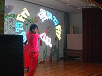 グラフィックポイで日付を表示させる技を披露する大道芸人