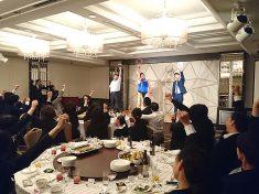社員さんと一緒に踊るタンバリン芸人・ゴンゾー