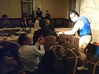 参加者の前で踊るお笑い芸人・ゴンゾー