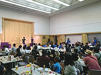 講堂で桔梗ブラザーズのステージを見る観客