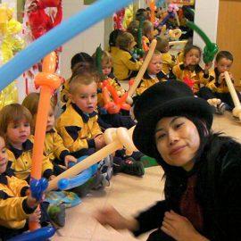 海外の学校でバルーンアート教室をした女性パフォーマー