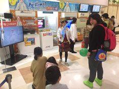 大型ショッピングセンターでご家族を誘引する女性バルーンアートパフォーマー
