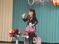 トランプマジックをする女性マジシャン