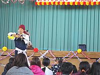 バルーンアートのショーをする大道芸人