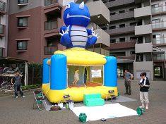 マンションの夏祭りにレンタルしたエア遊具(ふわふわ)