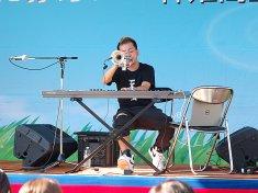 キーボードとトランペットを同時に演奏するお笑い芸人・こまつ