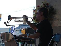 キーボードとトランペットの巧みな演奏を披露する音楽芸人・こまつ