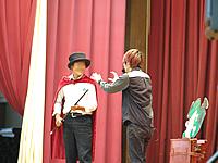 代表でステージに上がってくださった男子生徒さんと大道芸人のロボットのぞみ