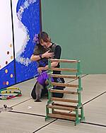技に成功してハグをする女性猿回し師とお猿さん