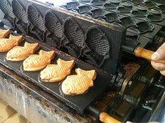 移動販売車内で焼き上げられるたい焼き