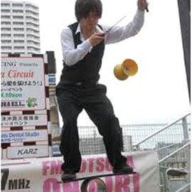 ローラーバランス芸をしながらディアボロを披露してお客様を驚かせる大道芸人