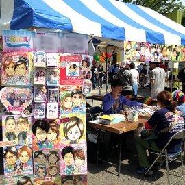 イベントに出張して来場者の似顔絵をお描きした男性似顔絵師