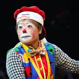 タップダンス、コメディー、演劇と多くの要素が詰まったストーリー仕立てのショーを展開する女性クラウン岩佐麻里子