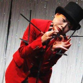 独自のフィジカルコメディーで観客席を笑いで包む女性クラウンEntertainer Mariko