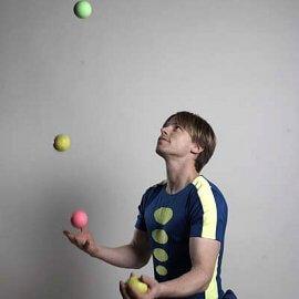 ボールジャグリングをするニューヨーク出身の大道芸人