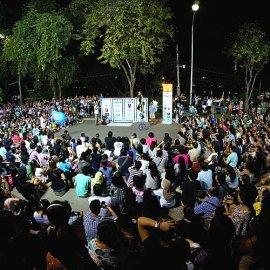 バンコクで夜間にショーを行なったショーにたくさんのお客様が集まっている様子