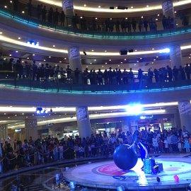 中国でショーを開催する世界有数のジャグリング技術を持つ大道芸人