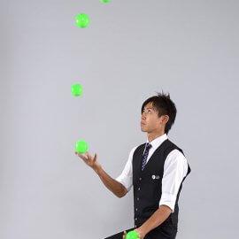 ボールジャグリングをする埼玉県在住の男性ジャグラー
