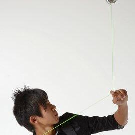 ヨーヨーの技を披露する男性ジャグリングパフォーマー
