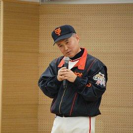 日本の英雄長嶋茂雄のものまねをするベテランものまねタレントのプリティ長嶋
