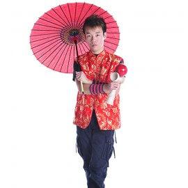 大きなけん玉を持つ兵庫県在住の大道芸人