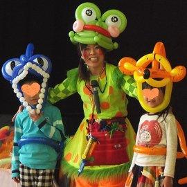 風船を使って子ども達を変身させるという参加型のショーをする女性バルーンパフォーマー