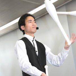 クラブジャグリングをするヘブンアーティストにも登録されている若手男性ジャグラー