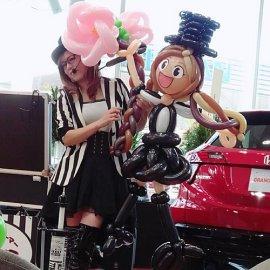 自動車ディーラーのイベントに出演して大きな作品を作るバルーンパフォーマー
