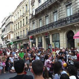海外の路上で数々の技を披露して多くの観客から拍手をもらうワールドワイドな大道芸人