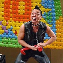 軽快なトークも織り交ぜたバルーンショーで観客の笑いを誘う男性バルーンパフォーマー