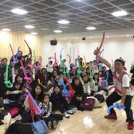 バルーンアート教室の参加者と元お笑い芸人のバルーンパフォーマー