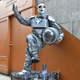 宇宙飛行士のコスチュームで重力に逆らっているかのような彫像芸を披露するスタチューパフォーマー