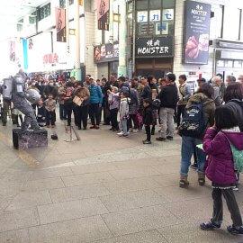 日本唯一の浮遊型スタチューを行うパフォーマーを取り囲むたくさんのお客様