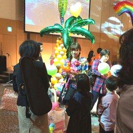 イベントに出張してお子様のご要望に応じてカラフルで可愛いバルーンを作製しているバルーンアーティスト