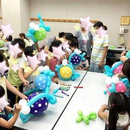 作ったバルーンに楽しそうにお絵かきをしているバルーン教室に参加した子ども達