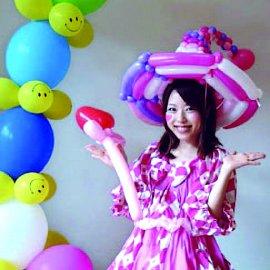 可愛らしい衣装と持ち前の笑顔でどんなイベントも明るい雰囲気にするバルーンパフォーマー
