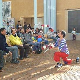 屋外イベントでジャグリングを披露する大阪を拠点に活動している大道芸人
