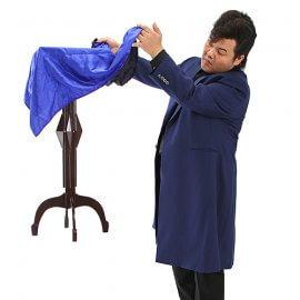 リーゼントが目印の大阪出身の男性マジシャン