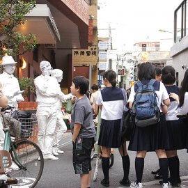 道行く学生たちの注目を集めるスタチューパフォーマンスグループ