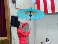 傘回しを披露する大道芸人