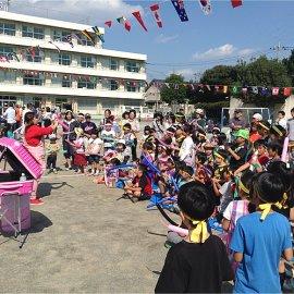 学校の運動場を会場としてバルーンをショーをするバルーンアーティスト