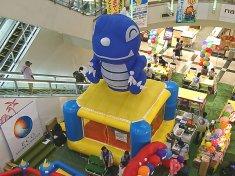 宮崎県宮崎市のショッピングセンターでの省エネ商材商社の展示会会場に設置したエア遊具(ふわふわ)