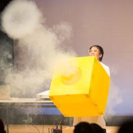 空気砲でお客さんを驚かせる科学実験パフォーマー
