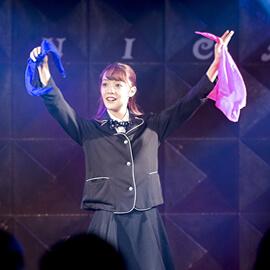 ステージでシルクを披露する女性マジシャン