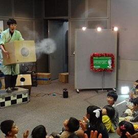 世界一の空気砲の実験を楽しむ子どもたち