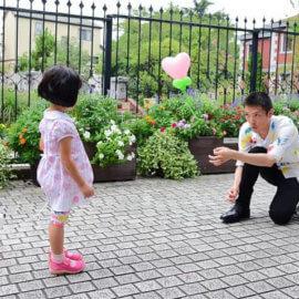 子どもにバルーンアートを披露するバルーンパフォーマー
