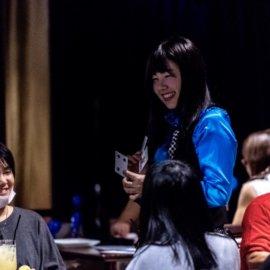 テーブルマジックでお客様とコミュニケーションを取る古典マジックが得意な女性マジシャン