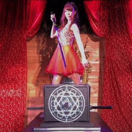 イリュージョンを披露する女性マジシャン