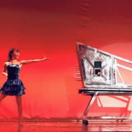 大きなステージでダイナミックなイリュージョンマジックを披露する女性マジシャン